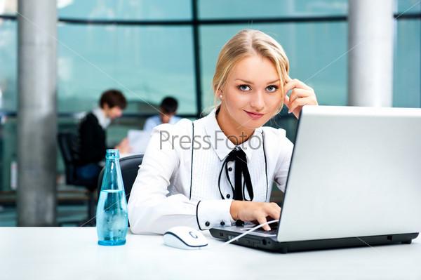 Портрет молодой красивой девушки в офисе