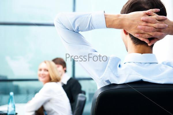 Портрет молодого бизнесмена в офисе