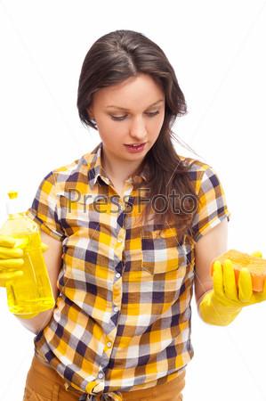 Домохозяйка с чистящим средством, изолированная на белом фоне. Концепция хозяйственных услуг