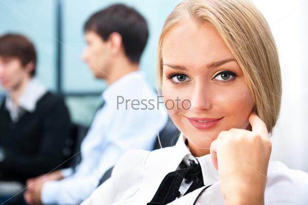 Красивая бизнес-леди с коллегами в  современном офисе