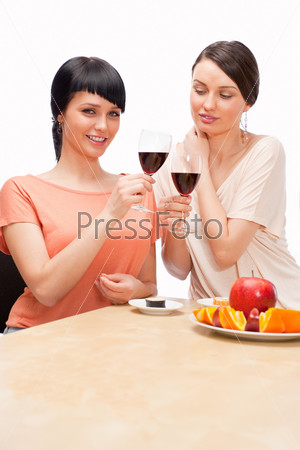 Веселые женщины едят суши и пьют красное вино