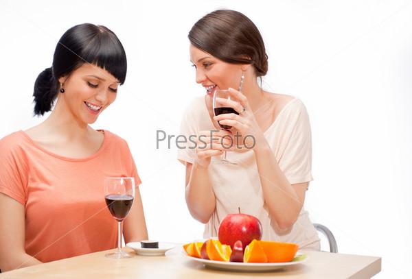Фотография на тему Веселые женщины едят суши и пьют красное вино