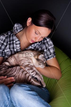 Девушка с кошкой отдыхает на бескаркасном кресле