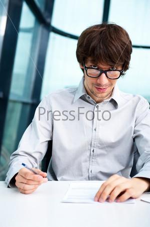 Портрет молодого человека в офисе