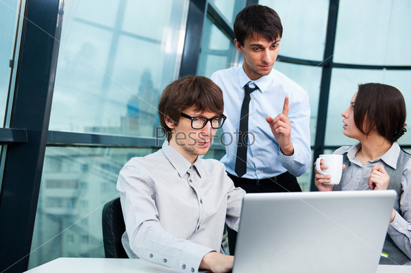 Портрет молодой бизнес-команды в офисе