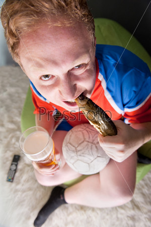 Портрет молодого человека с пивом