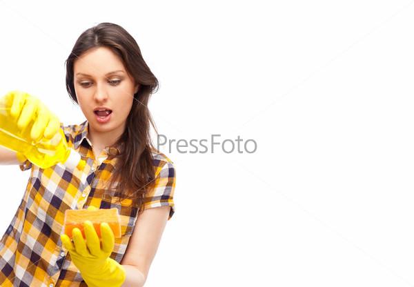 Портрет молодой девушки, занимающейся уборкой
