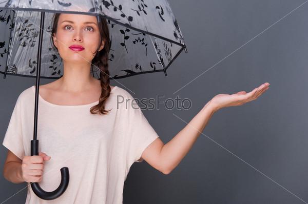 Портрет молодой красивой девушки с зонтом