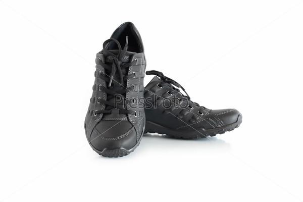 Фотография на тему Пара новой кожаной спортивной обуви, изолированной на белом фоне с отражением и обтравочным контуром