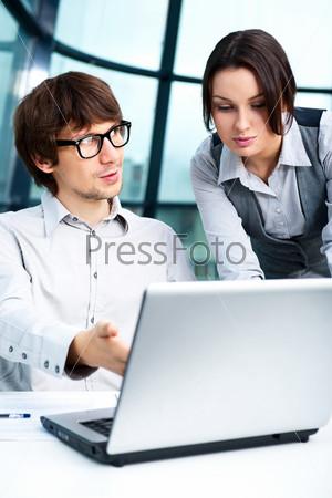 Фотография на тему Уверенный бизнесмен объясняет проект коллеге в офисе
