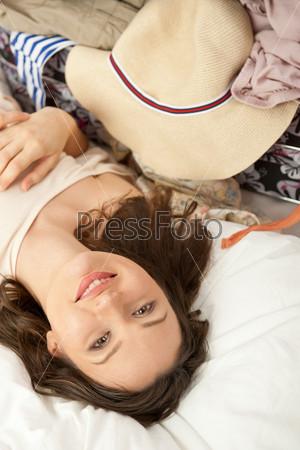 Портрет молодой женщины, готовящейся к поездке
