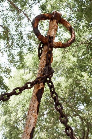 Старая ржавая якорная цепь