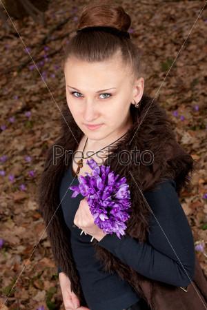 Портрет красивой девушки с подснежниками