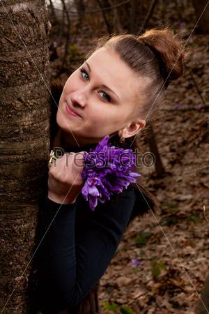 Фотография на тему Портрет красивой девушки с подснежниками