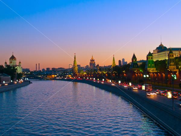 Набережная Москва-реки с видом на Кремль, Москва, Россия