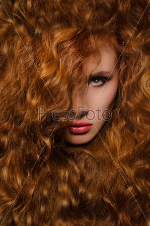 Портрет молодой женщины с рыжими волосами