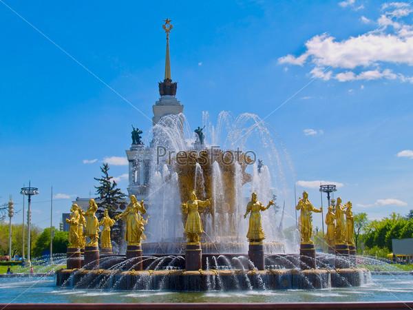 Старый советский фонтан дружбы народов в парке ВДНХ, Москва, Россия