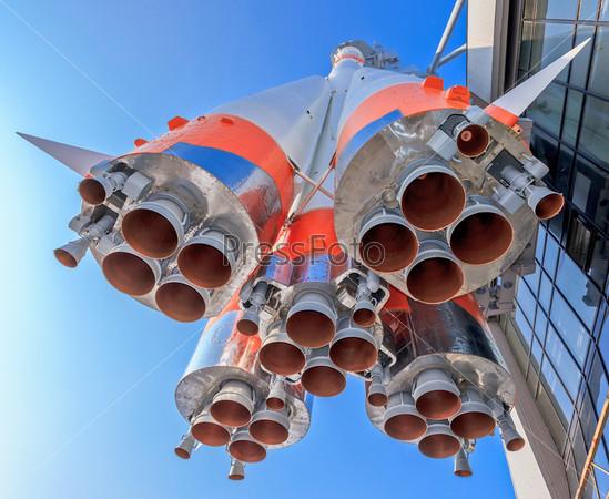 Часть космической ракеты на фоне голубого неба