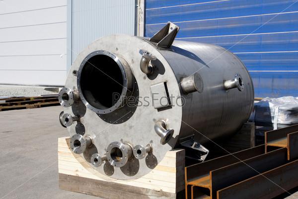 Металлическое оборудование на складе, готовое для транспортировки