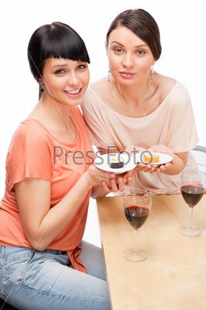 Фотография на тему Веселые женщины с бокалами красного вина и суши на белом фоне