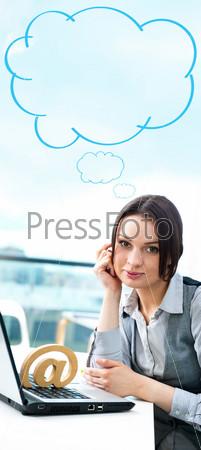 Фотография на тему Портрет бизнес-леди с символом электронной почты и ноутбуком