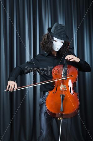 Молодой человек играет на виолончели