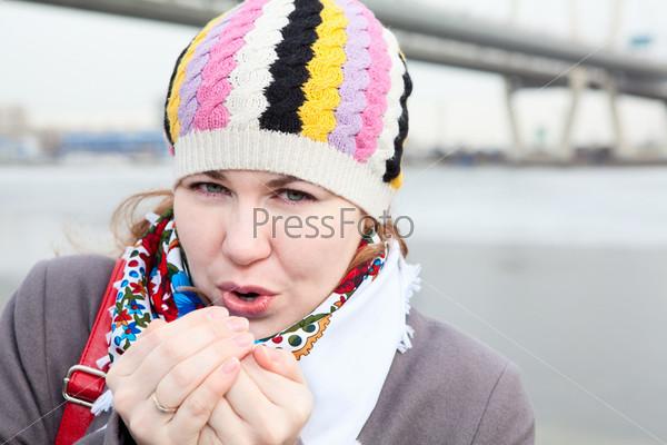Фотография на тему Портрет замерзшей девушки, стоящей на набережной