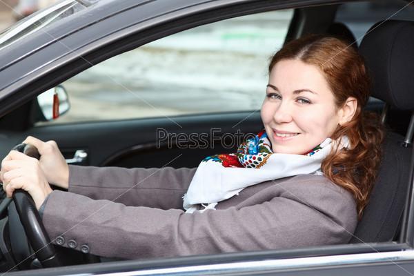 Привлекательная девушка за рулем автомобиля