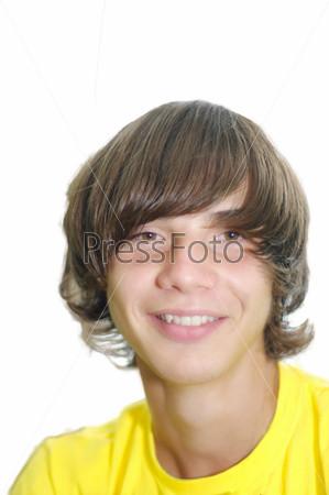 Улыбающийся молодой человек с длинными вьющимися волосами на белом фоне