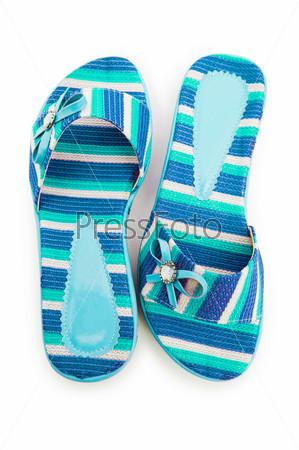 Яркая летняя обувь на белом фоне