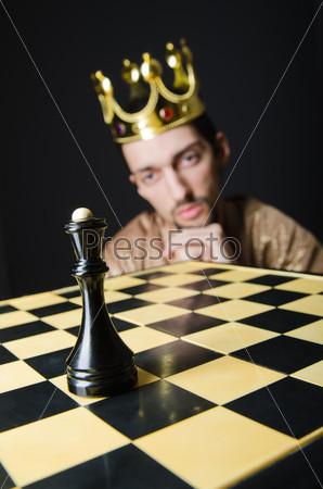 Шахматист играет партию