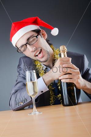 Человек в деловом костюме встречает Новый год