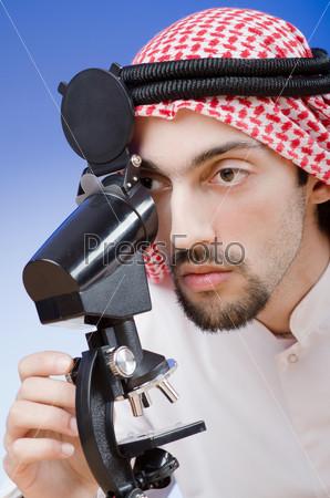 Арабский химик, работающий в лаборатории