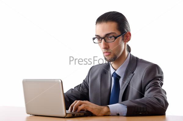 Бизнесмен сидит за столом