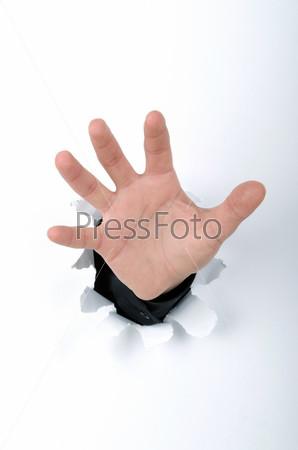Рука в отверстии в бумаге