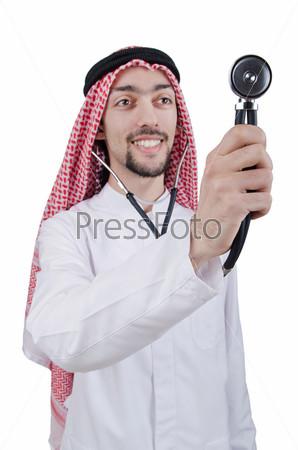 Молодой арабский врач со стетоскопом