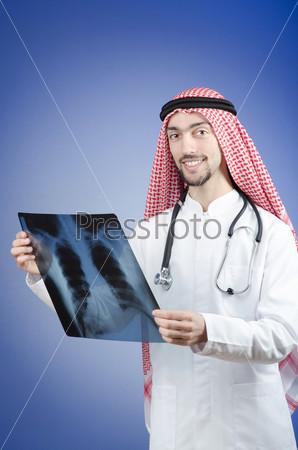 Фотография на тему Арабский врач с рентгеновским снимком