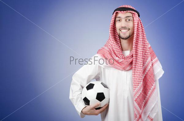 Молодой араб с футбольным мячом