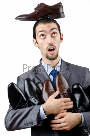 Мужчина выбирает обувь