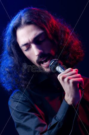 Человек поет на концерте
