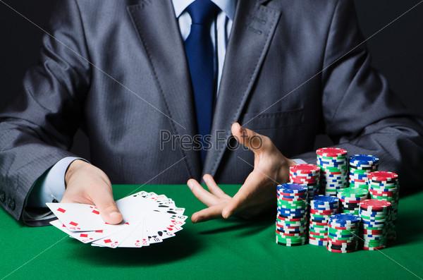 Мужчина за игрой в казино