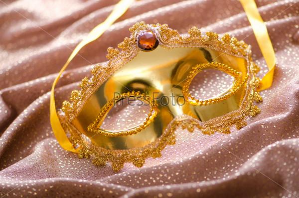 Фотография на тему Золотая маска на шелковой ткани