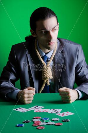 Мужчина с петлей на шее за игрой в казино