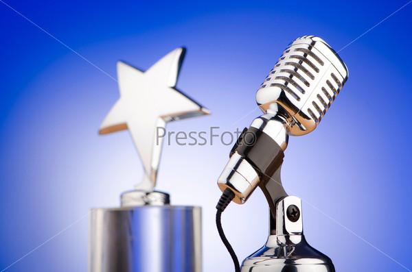 Студийный микрофон и награда в виде звезды на голубом фоне