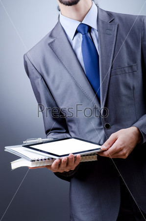 Предприниматель с планшетным компьютером в руках