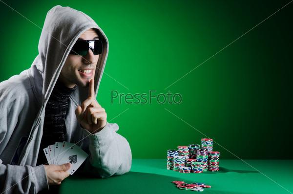 Мужчина в темных очках за игрой в казино