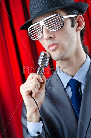 Мужчина с микрофоном на концерте