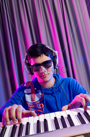 Молодой DJ играет в клубе