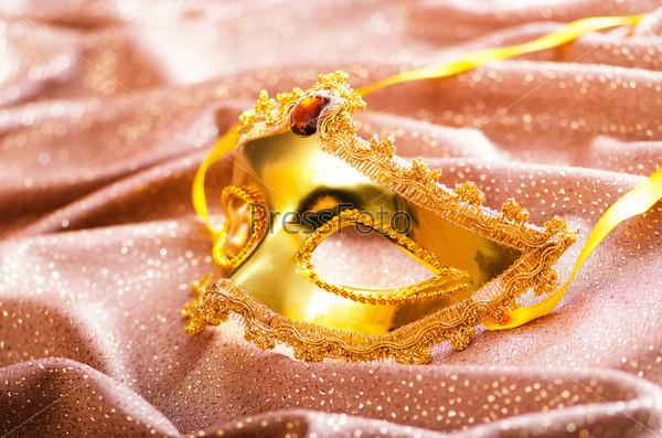 Фотография на тему Золотая маска на шелке