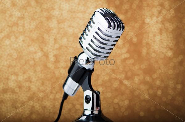 Старинный микрофон на коричневом фоне